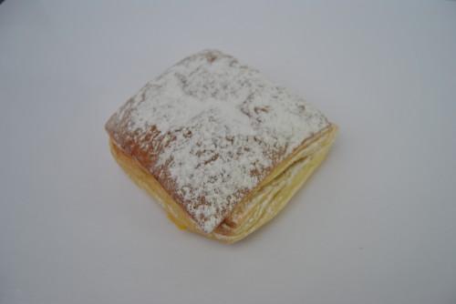 Crème koek met bloemsuiker